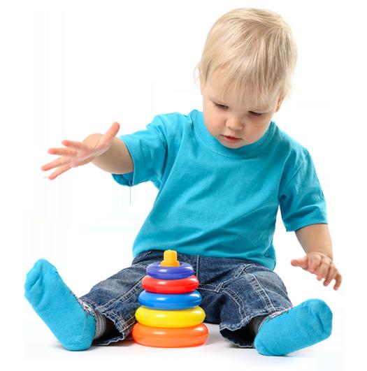 Niño jugando con juguete de plástico